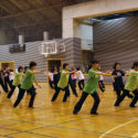 教師による模範演技。桜の柄・桜色・グリーンの濃淡の4色のTシャツで、春の景色を表現しました。ピシッと決まった素晴らしい演技。
